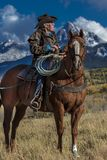 Älterer Cowboy führt Packpferd über historischer letzter Dollar-Ranch O Stockbild