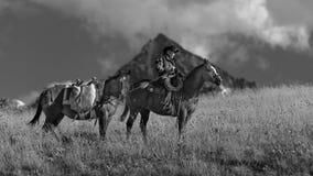 Älterer Cowboy führt Packpferd über historischer letzter Dollar-Ranch O Lizenzfreies Stockfoto