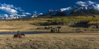 Älterer Cowboy führt Packpferd über historischer letzter Dollar-Ranch O Lizenzfreies Stockbild
