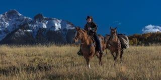 Älterer Cowboy führt Packpferd über historischer letzter Dollar-Ranch O Stockfotos