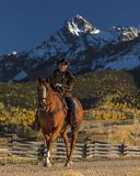 Älterer Cowboy führt Packpferd über historischer letzter Dollar-Ranch O Lizenzfreie Stockbilder