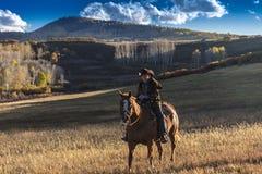 Älterer Cowboy führt Packpferd über historischer letzter Dollar-Ranch O Stockfoto