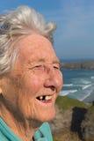 Älterer Damenpensionär mit zahnmedizinischen Problemen und ein Zahnvermisster Stockbilder