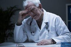 Älterer deprimierter Doktor Lizenzfreie Stockbilder