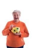 Älterer, der ein piggybank anhält Lizenzfreies Stockbild