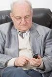 Älterer, der einen Handy verwendet Lizenzfreies Stockbild