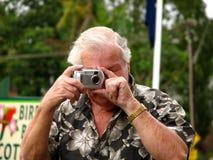 Älterer, der Fotographien nimmt lizenzfreies stockbild
