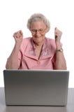 Älterer, der Laptop verwendet stockbild