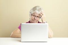 Älterer, der Laptop verwendet Stockfotografie