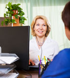 Älterer Doktor, der positive Nachrichten für eine Person hat Lizenzfreies Stockbild
