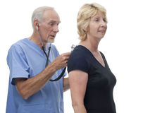 Älterer Doktor scheuert innen sich mit Stethoskop Stockfotografie