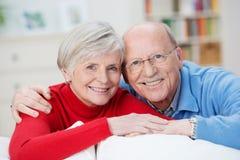 Älterer Ehemann und Frau, die glücklich lächelt Stockbild