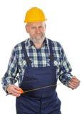 Älterer Erbauer, der Geräte hält Stockfotografie