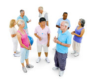 Älterer Erwachsener in der Turnhalle stockfotos