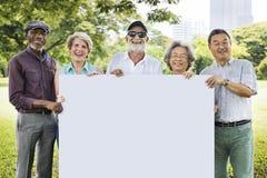 Älterer erwachsener Freundschafts-Zusammengehörigkeits-Fahnen-Plakat-Kopien-Raum C stockfoto