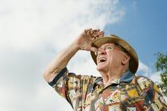 Älterer erwachsener Mann, der in den Abstand anstarrt Stockfotos