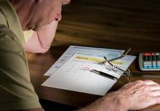 Älterer erwachsener Mann mit Steuerrückgabedatum vom 17. April 2018 stockfoto