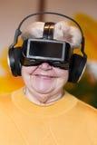 Älterer Erwachsener mit vr Gläsern Lizenzfreies Stockfoto
