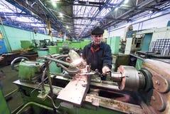 Älterer Fräsmaschinebetreiber arbeitet an der Maschine Stockfotos