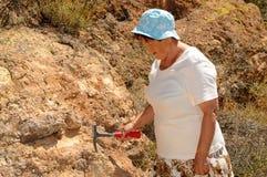 Älterer Frauen-Geologe lizenzfreie stockbilder