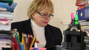 Älterer Frauenbuchhalter in den Gläsern und mit Handelsblättern stock video