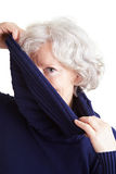 Älterer Frauenholding Turtleneck Stockfotografie