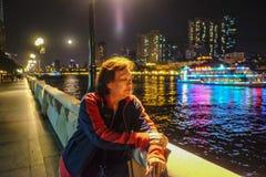 Älterer Frauenreisendstand neben Pearl River in Guangzhou-Stadt China stockfoto