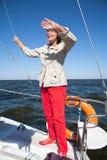 Älterer Frauensportsegler auf einer Segeljacht Stockbild