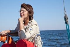 Älterer Frauensportsegler auf einer Segeljacht Lizenzfreie Stockfotos