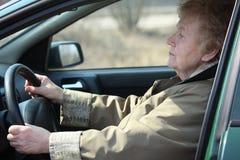 Älterer Frautreiber im Auto lizenzfreie stockfotografie