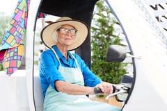 Älterer Gärtner Driving Car stockfoto