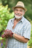 Älterer Gärtner mit einem Spaten Stockfoto