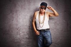 Älterer Gangster in der sackartigen Hip-Hop-Kleidung lizenzfreie stockfotos