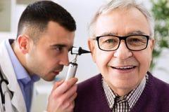 Älterer geduldiger Besuch Otologist lizenzfreie stockfotografie