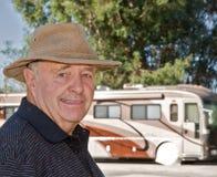 Älterer genießender Ruhestand mit seinem RV lizenzfreies stockbild