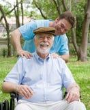 Älterer genießt Massage Lizenzfreie Stockbilder
