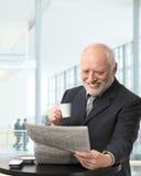 Älterer Geschäftsmann auf Kaffeepause Stockfoto