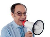 Älterer Geschäftsmann, der eine Ansage bildet lizenzfreie stockfotos