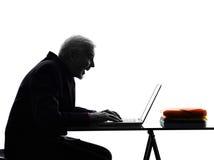 Älterer Geschäftsmann, der glückliches Schattenbild berechnet lizenzfreie stockfotos