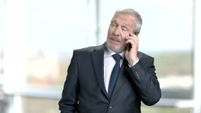Älterer Geschäftsmann, der am Telefon spricht stock footage