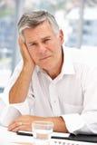 Älterer Geschäftsmann, der traurig schaut Stockbilder
