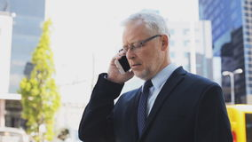 Älterer Geschäftsmann, der um Smartphone in der Stadt ersucht stock video footage