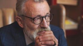 Älterer Geschäftsmann im Gesellschaftsanzug mit Whisky und Zigarre am Luxusinnenraum stock footage
