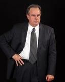 Älterer Geschäftsmann mit der Hand auf Taille Stockfotos