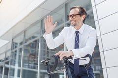 Älterer Geschäftsmann mit einem Fahrrad draußen lizenzfreie stockfotos