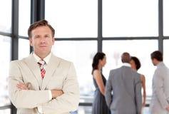 Älterer Geschäftsmann-stehendes Geschäftsteam stockfotografie