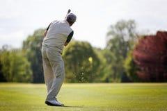 Älterer Golfspieler auf Fahrrinne. Lizenzfreies Stockfoto