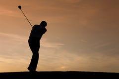 Älterer Golfspieler am Sonnenuntergang Lizenzfreie Stockfotos