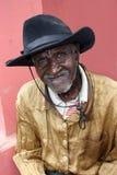 Älterer haitianischer Herr im Hut wirft im ländlichen Dorf auf stockbilder