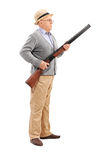 Älterer Herr, der ein Gewehr hält Stockfotos